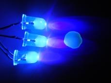 Prueba de fluorscencia con luz ultravioleta. 1.5% de Fluoresceína sódica + quinina.